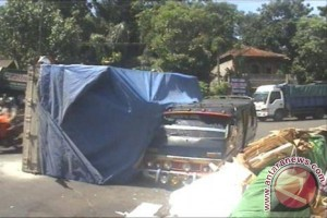 Truk Pengangkut Asbes Timpa MPU Di Tabanan