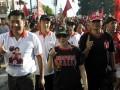 Gianyar (Antara Bali) - Tokoh/kader PDIP Pusat, Rieke Diah Pitaloka (tengah) dan Maruarar Sirait (kiri) mengikuti jalan santai saat menjadi juru kampanye bagi pasangan Puspayoga-Sukrawan pada Pemilihan Kepala Daerah (Pilkada) Bali 2013 di Lapangan Astina Gianyar, Bali, Selasa (7/5). Kampanye pasangan calon gubernur-wakil gubernur Puspayoga-Sukrawan yang disebut paket PAS itu dihadiri sejumlah tokoh/kader PDIP Jakarta sebagai juru kampanye untuk Pilkada Bali 15 Mei 2013. Foto Antara/Nyoman Budhiana/nym/2013.
