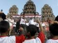 Gianyar (Antara Bali) - Sejumlah tokoh/kader PDIP Pusat, Richard Sambera (kiri), Rieke Diah Pitaloka (ke-3 kiri), Maruarar Sirait (tengah) dan Edo Kondologit meneriakkan yel-yel saat menjadi juru kampanye bagi pasangan Puspayoga-Sukrawan pada Pemilihan Kepala Daerah (Pilkada) Bali 2013 di Lapangan Astina Gianyar, Bali, Selasa (7/5). Kampanye pasangan calon gubernur-wakil gubernur Puspayoga-Sukrawan yang disebut paket PAS itu dihadiri sejumlah tokoh/kader PDIP Jakarta sebagai juru kampanye untuk Pilkada Bali 15 Mei 2013. Foto Antara/Nyoman Budhiana/nym/2013.
