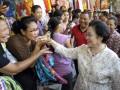 Gianyar (Antara Bali) - Ketua Umum PDIP, Megawati Soekarnoputri (kanan) bersama calon g