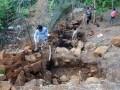 Para peneliti melakukan mengamati hasil galian di kawasan situs megalitikum Gunung Padang,Cianjur, Senin (1/7). Mereka melihat luasan kawasan situs Gunung Padang dari arah sebelah utara. ANTARA FOTO/Agus Bebeng/nym/2013.