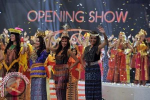 Kontestan Miss World Kenakan Busana Tradisional