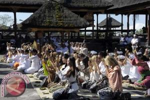 Kontestan Miss World Sembahyang di Pura Besakih