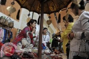 """Delegasi """"APEC Women"""" Berburu """"Endek"""" di Klungkung"""