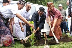 Caleg PDIP Tanam Pohon di Danau Tamblingan