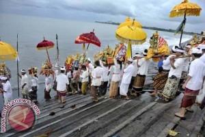 Pasca-Nyepi wisatawan laksanakan Banyupinaruh di Pantai Kerobokan-Buleleng