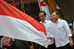 Jokowi-JK Cium Bendera Usai Deklarasi