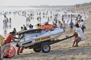Ribuan Wisatawan Padati Pantai Kuta