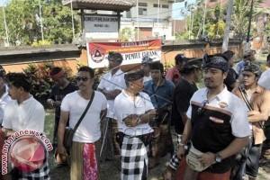 Pendukung Prabowo Gelar Aksi Di KPU Bali