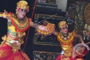 Dua Tari Bali Cambuk Kibarkan Kejayaan