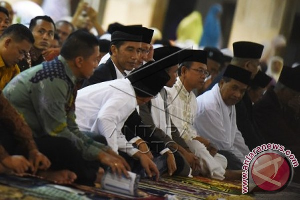 President Attends Tarawih Prayers At Istiqlal Mosque
