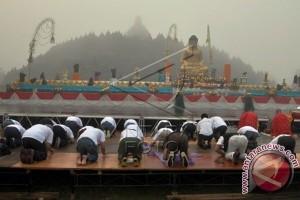Umat Buddha Ikuti Detik-Detik Waisak di Borobudur