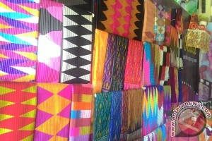Pengrajin Nusa Penida Pamerkan Kain Tenun Rangrang