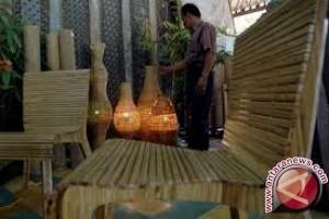 Pengrajin Sukawati Produksi Kerajinan Bambu Untuk Wisatawan