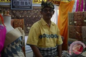 Perajin Bali Hasilkan Kain Songket Pewarna Alami