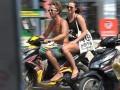 Dua wisatawan asing mengendarai sepeda motor tanpa menggunakan helm di Jalan Legian, Kuta, Kamis (1/10). Meskipun aparat kepolisian gencar mengkampanyekan 'safety riding' untuk menekan angka kecelakaan lalu lintas di Bali namun sejumlah pengendara masih melakukan pelanggaran di kawasan tertib lalu lintas. FOTO ANTARA/Nyoman Budhiana/i018/2015.