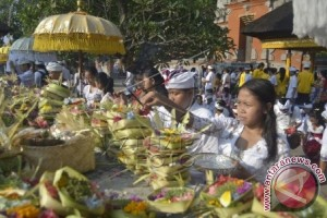 Pelajar di Bali Ikuti Ritual Perayaan Saraswati