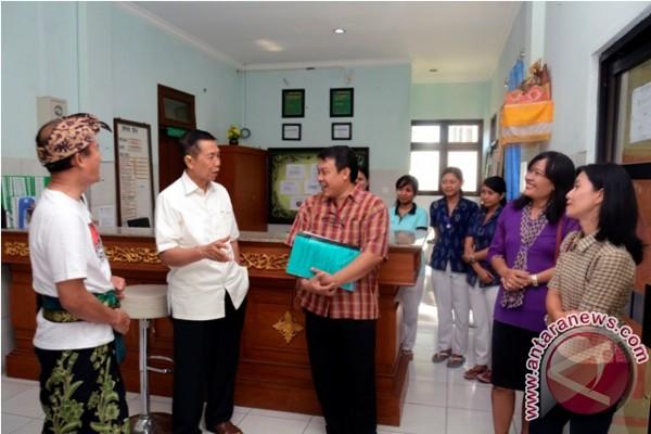 Gubernur Bali Bantu Dua Bersaudara Bersepatu Robek