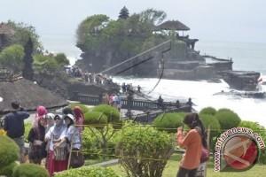 Objek Wisata Tanah Lot Dipadati Ribuan Pengunjung