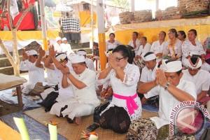 """Wagub Ikuti Ritual """"Penyineban"""" Pura Batur"""