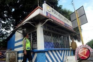 Polisi Terluka Terkena Bom Molotov di Posnya
