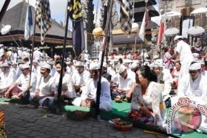 Pemkab Karangasem Ngaturang Bhakti Penganyar di Pura Ulun Danu Batur