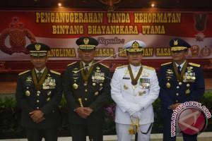 Kapolri Sematkan Bintang Bhayangkara Utama Pada TNI