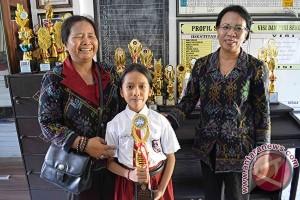 Guru Kontrak DI Buleleng Antarkan Siswa Berprestasi Nasional