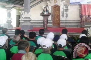 Gebyar Lansia, Bupati Mas Sumatri Serahkan Bantuan Pada Lansia Karangasem