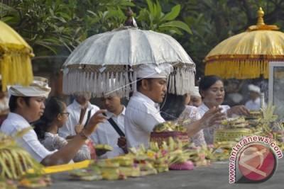 Pelajar-Mahasiswa Bali Laksanakan Ritual Hari Saraswati