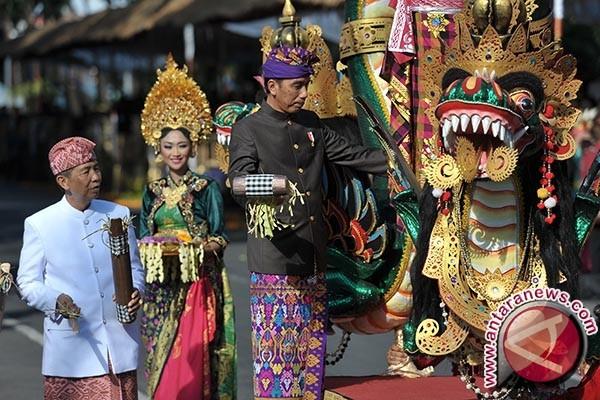 """Presiden Jokowi naik mobil hias berkonsep """"bale bengong"""""""