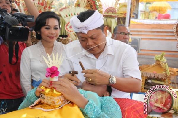 """Pasek Maha Gotra adakan ritual """"Mepandes"""" massal"""