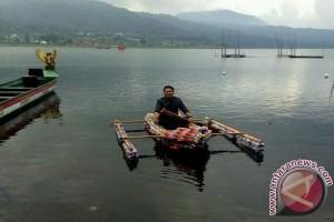 Mahasiswa Undiksha Produksi Perahu Botol Plastik Bekas