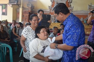 Entaskan Kemiskinan, Wabup Buleleng Salurkan Paket Sembako Untuk Warga Kurang Mampu