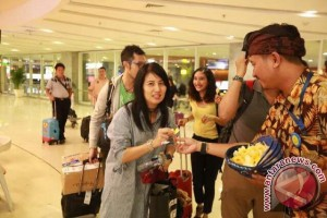 Bandara Bali Bagikan Ribuan Mawar Kepada Penumpang