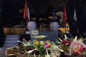 Wisman Saksikan Ritual Di Pura Goa Lawah