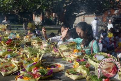 Sekolah Di Bali Gelar Persembahyangan Saraswati
