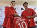 Manager Pelatih Bali United, Indra Sjafri (kanan) memegang jersey untuk Irfan Bachdim (kiri) yaitu pesepak bola yang baru bergabung dengan klub sepak bola Bali United saat perkenalan di Kuta, Kamis (12/1). Klub sepak bola Bali United merekrut dua pesepak bola baru untuk memperkuat tim 'Tridatu' itu sebagai persiapan menghadapi musim kompetisi resmi tahun 2017. FOTO ANTARA/Nyoman Budhiana/i018/2017.