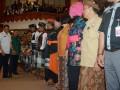 Kepala Badan Narkotika Nasional (BNN) Budi Waseso (tengah) berbincang dengan Gubernur Bali (kiri) dan Wakil Gubernur Bali Ketut Sudikerta saat pengukuhan relawan Pemberantasan, Penyalagunaan dan Peredaran Gelap Narkoba (P4GN) Provinsi Bali di Denpasar, Kamis (12/1). Sebanyak 1359 orang yang terdiri dari pecalang (pengamanan adat Bali) dan berbagi unsur organisasi dilantik menjadi relawan P4GN untuk menyelamatkan generasi muda sekaligus memberantas peredaran narkoba di Pulau Dewata. ANTARA FOTO/Wira Suryantala/17.