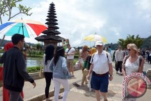 Setiap Hari, 15.000 Wisatawan Mengunjungi Pura Uluwatu