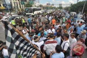 Polisi Kawal Demonstrasi Transportasi Lokal Di Bali
