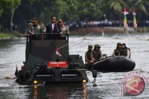 Presiden Jokowi Uji Coba Panser Anoa Amfibi