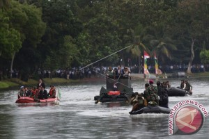 Presiden Coba Anoa Amfibi Seberangi Danau Mabes-TNI