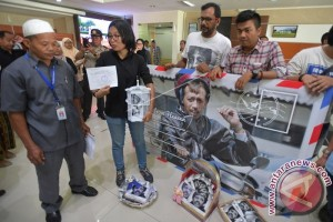 """Postcard from Heaven"" Kartu Pos Munir untuk Presiden Jokowi"