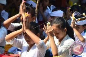 Umat Hindu Di Bali Rayakan Hari Saraswati