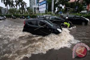 Mobil mati terendam banjir? Lakukan ini