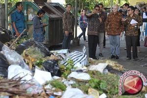Duta Besar AS Kunjungi Depo Sampah Cemara