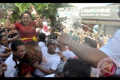 Ribuan Masyarakat Bali Tonton Festival Omed-Omedan