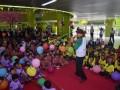 Pendongeng Ade M. Syafaat (kanan) bercerita tentang tentang peraturan-peraturan kerata api di di depan siswa-siswi Pendidikan Anak Usia Dini (PAUD) dan Taman Kanak-kanak (TK) di Stasiun Gambir, Jakarta Pusat, Senin (20/3). Kegiatan tersebut dalam rangka memperingati Hari Dongeng Sedunia. ANTARA FOTO/Atika Fauziyyah/wdy/17.