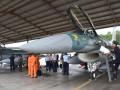 Petugas bea cukai memeriksa pesawat tempur F-16 di Shelter Skuadron Udara 3 sesaat setelah mendarat di Pangkalan Udara TNI AU Iswahjudi, Magetan, Jatim, Senin (20/3). Dua unit pesawat tempur F-16 C/D bagian dari 24 pesawat tempur hibah dari Amerika Serikat yang rencananya akan melengkapi Skuadron Udara 3 Lanud Iswahjudi dan Skuadron Udara 16 Lanud Rusmin Nuryadin Pekanbaru, tiba di Lanud Iswahjudi. Dari 24 pesawat, 16 unit di antaranya sudah dikirim secara bertahap. ANTARA FOTO/Siswowidodo/wdy/17